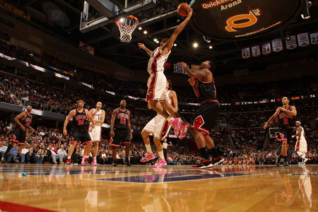 塔基-吉布森得了14分13个篮板,德里克-罗斯13分7次助攻,约翰-萨尔蒙斯