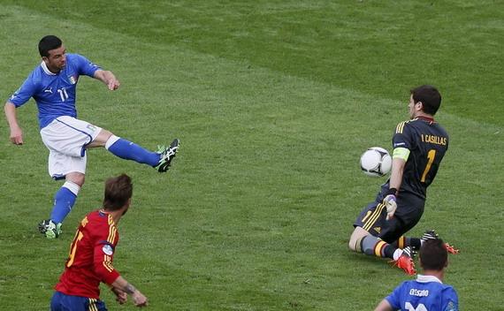 北京时间6月11日0时,欧洲杯C组展开首轮对决,卫冕冠军西班牙在格但斯克竞技场对阵意大利。上半场比赛里,两队都未能取得进球,巴洛特利成为本场比赛第一个吃牌的球员,他因为撞倒阿尔巴被黄牌警告;下半场,替补出场的迪纳塔莱上场5分钟不到就在皮尔洛的帮助下取得了进球,不过西班牙很快就扳平了比分,法布雷加斯的射门将比分最终锁定在了1-1平。   本场比赛,西班牙摆出无锋阵型,法布雷加斯首发突前,单前锋;意大利本场比赛祭出352阵型,由于巴尔扎利小腿肌肉拉伤缺阵,德罗西后撤担任后卫;中场由皮尔洛领衔,吉亚切里尼首次