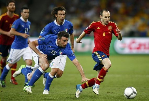 北京时间7月2日欧足联公布了2012欧洲杯最佳球员,西班牙队中场伊涅斯塔当选。   今年28岁的伊涅斯塔帮助西班牙队卫冕欧洲杯冠军,在4比0大胜意大利的决赛中他当选全场最佳球员。同时,伊涅斯塔也是西班牙队两年前夺得世界杯冠军的英雄,当时他在与荷兰队的决赛中打进全场唯一进球,帮助球队战胜对手夺冠。   伊涅斯塔效力于西甲巴塞罗那队,他在本次欧洲杯中三次获得当场最佳球员,帮助球队史无前例的连续夺得三项大赛(2008、2012欧洲杯、2010世界杯)冠军。