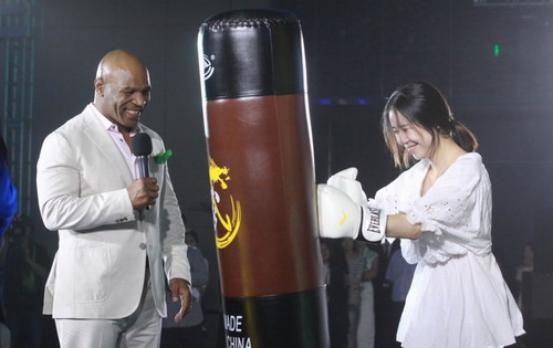 泰森教美女打拳 喜欢中国功夫想和成龙拍电影图