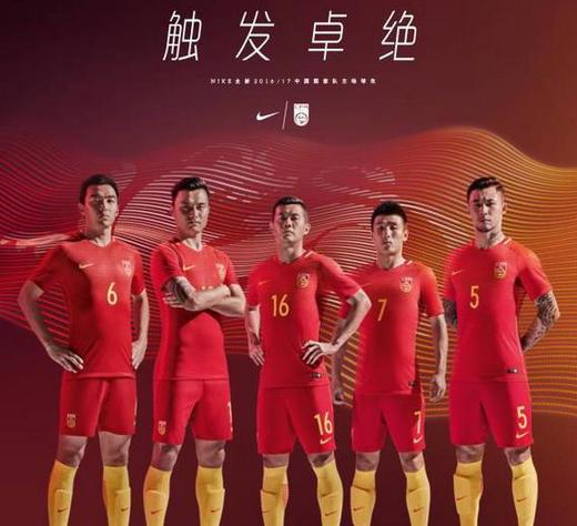 2016年9月1日,中国男子足球国家队将在2018年世界杯预选赛亚洲区12强赛的首战中与劲旅韩国队展开较量,这是中国男足时隔15年重返亚洲区12强的赛场。此前中国男足的晋级之路并非一片坦途。3月29日的关键一役,他们在西安面对宿敌卡塔尔。在过去30多年的各大赛事中,中国男足面对卡塔尔均处于劣势,但凭借对胜利的渴望和团队精神,最终2比0战胜对手,为最终顺利晋级铺平道路。   耐克作为中国之队装备赞助商,将持续以创新的装备全力支持中国男足在赛场上全力以赴、奉献最佳表现。自9月1日起,中国男足的队员们将身披