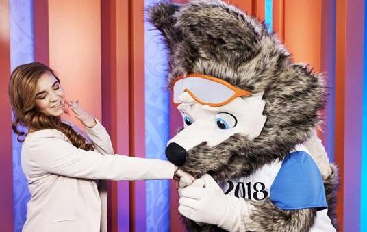 据央视新闻客户端10月22日报道,10月21号晚,卡通造型狼最终在俄全民投票环节胜出,成为2018年俄罗斯世界杯官方吉祥物。今年2月,由俄罗斯运动员和演艺界明星组成的特别评选组从备选的10种卡通造型中选出了虎、狼和猫进入终极投票环节。9月23号,三个卡通动物造型首次在公众面前亮相。随之在俄全境启动了持续近一个月的民众网络投票环节。21号晚,最终卡通造型狼以52.