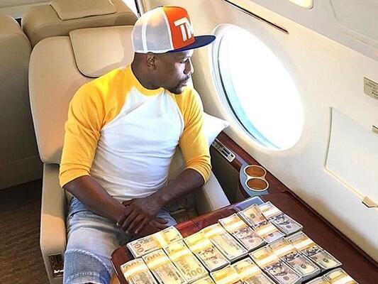 而是在私人飞机上晒出一沓沓美钞现金,在这个时候炫富,梅威瑟真是做到