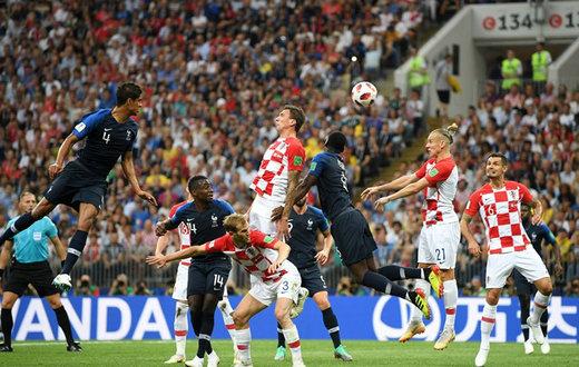 进球1-0!法国任意球破门 曼朱.